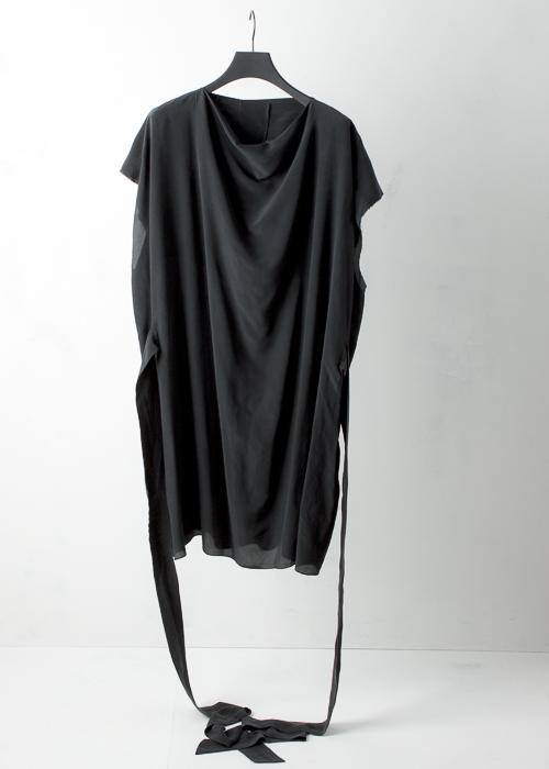 Black crepe de chine dress with two long belts Schwarzes Crepe de Chine Kleid mit zwei langen Gürteln